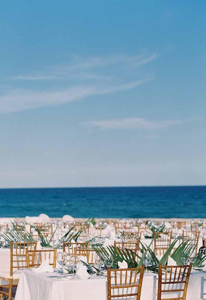 O azul do mar faz a decoração desse casamento praiano