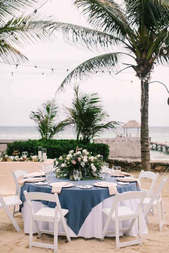 As palmeiras ajudam a refrescar o calor e completam o cenário da festa