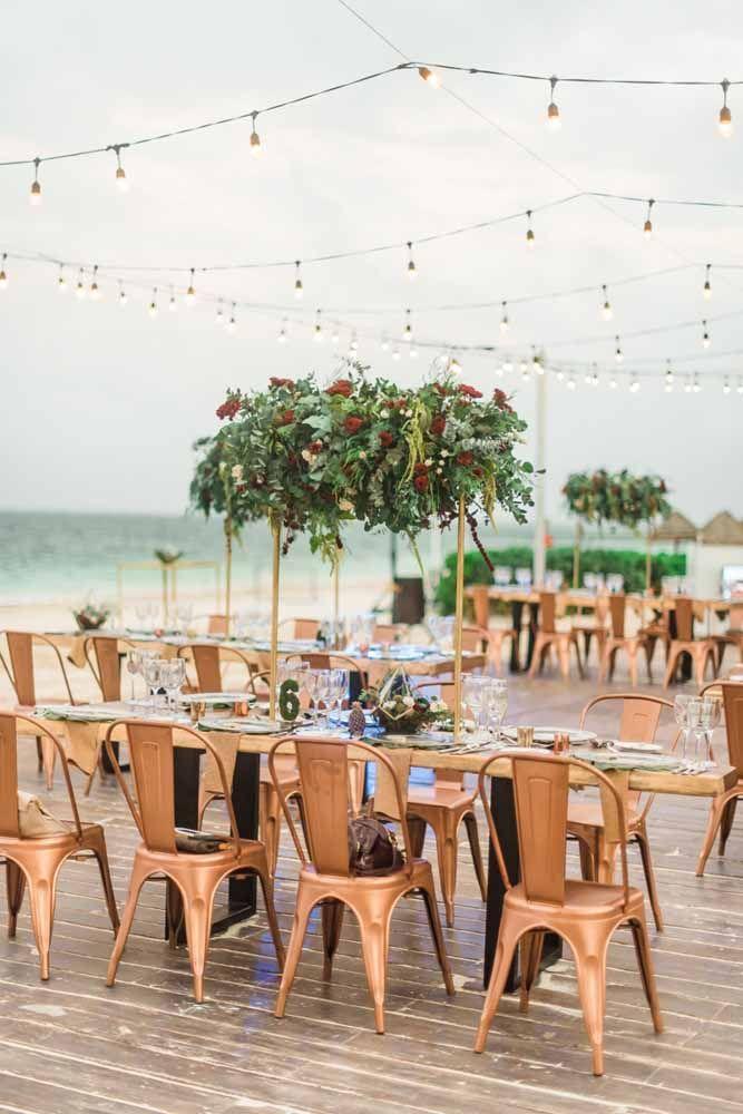 Móveis de madeira são uma boa pedida para casamentos na praia