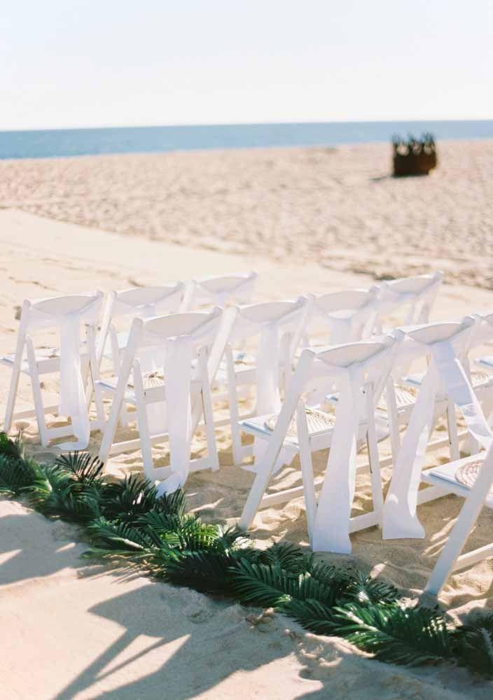 Caminho do altar decorado apenas com folhas de palmeira