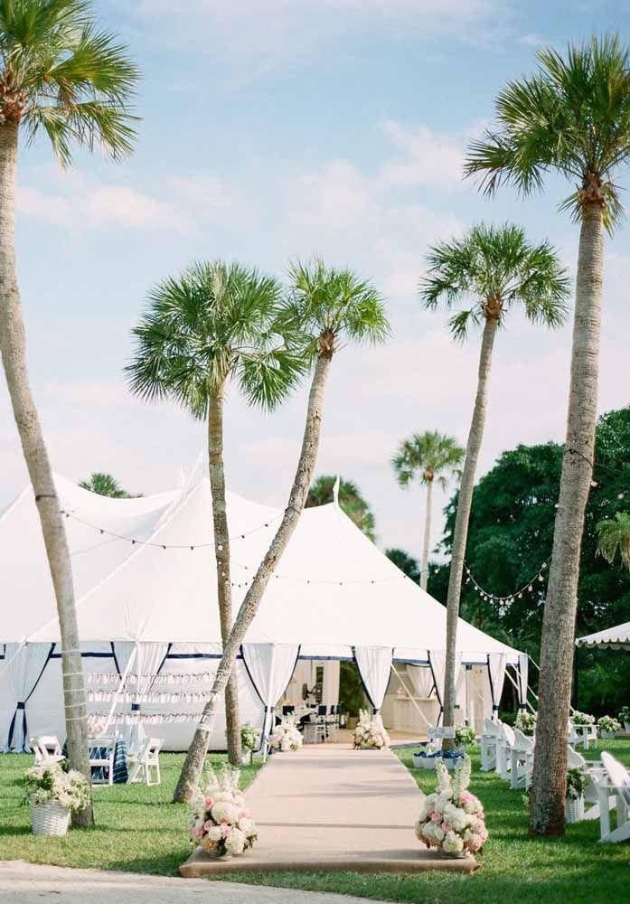 Um casamento na praia dispensa grandes decorações, algumas flores já são suficientes