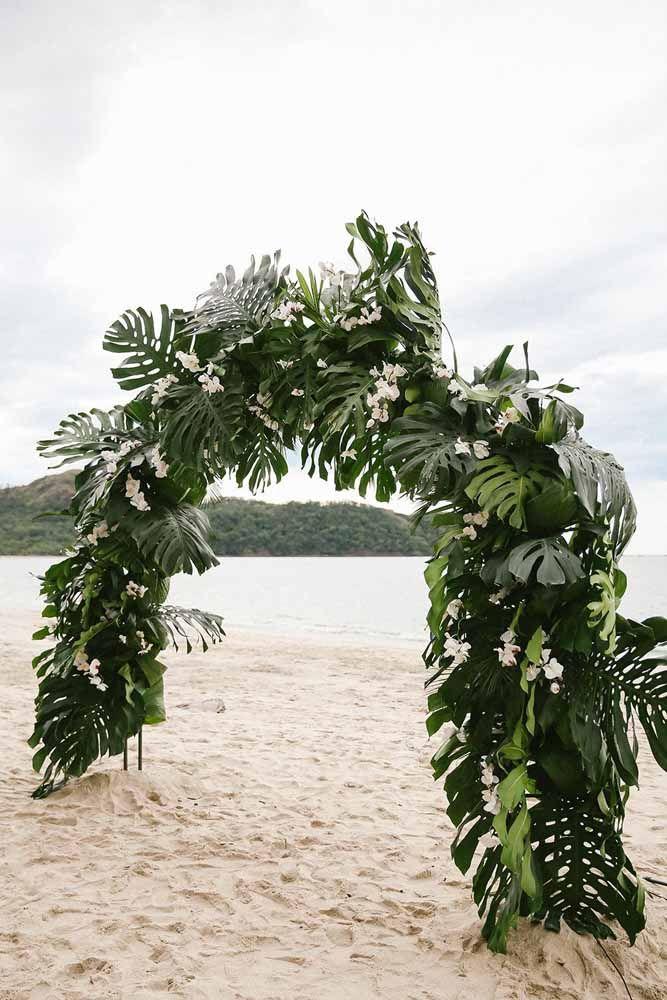 Um arco de folhas para decorar o local da cerimônia de casamento