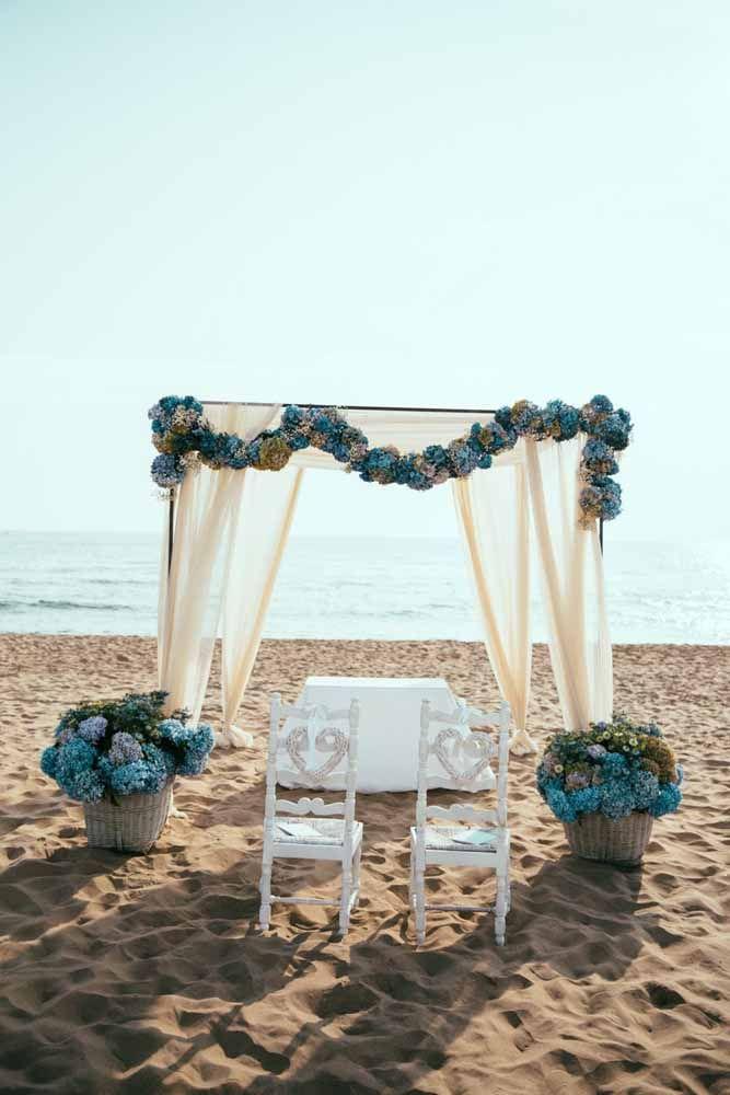 O belo contraste entre o azul das hortênsias com o tom quase branco da areia da praia