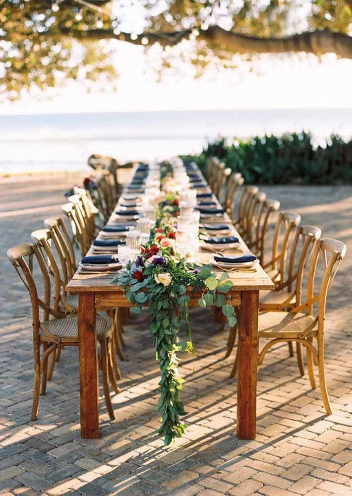 Uma grande e convidativa mesa para todos também é uma boa aposta para casamentos na praia