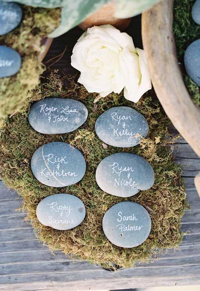 Pedras decoradas com o nome dos padrinhos