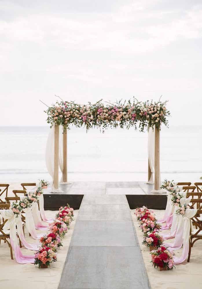 As flores coloridas trazem graça e alegria à cerimônia na praia