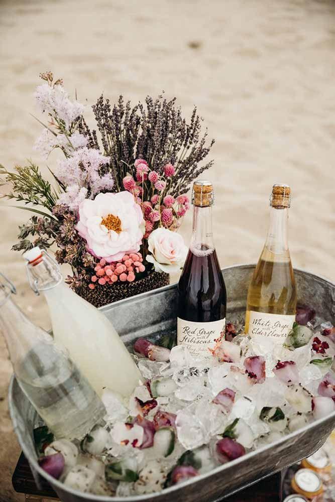 Cubos de gelos floridos decoram esse mini bar na areia