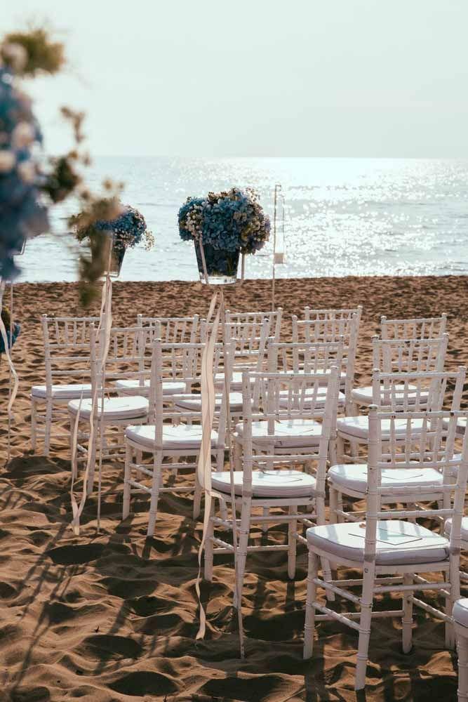 Ao cair da tarde, esse casamento na praia ainda pode contar com a beleza do por do sol