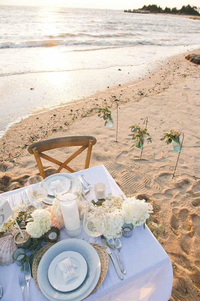 Coloque as mesas na beira da praia e deixe os convidados sentirem a água do mar batendo devagarinho nos pés
