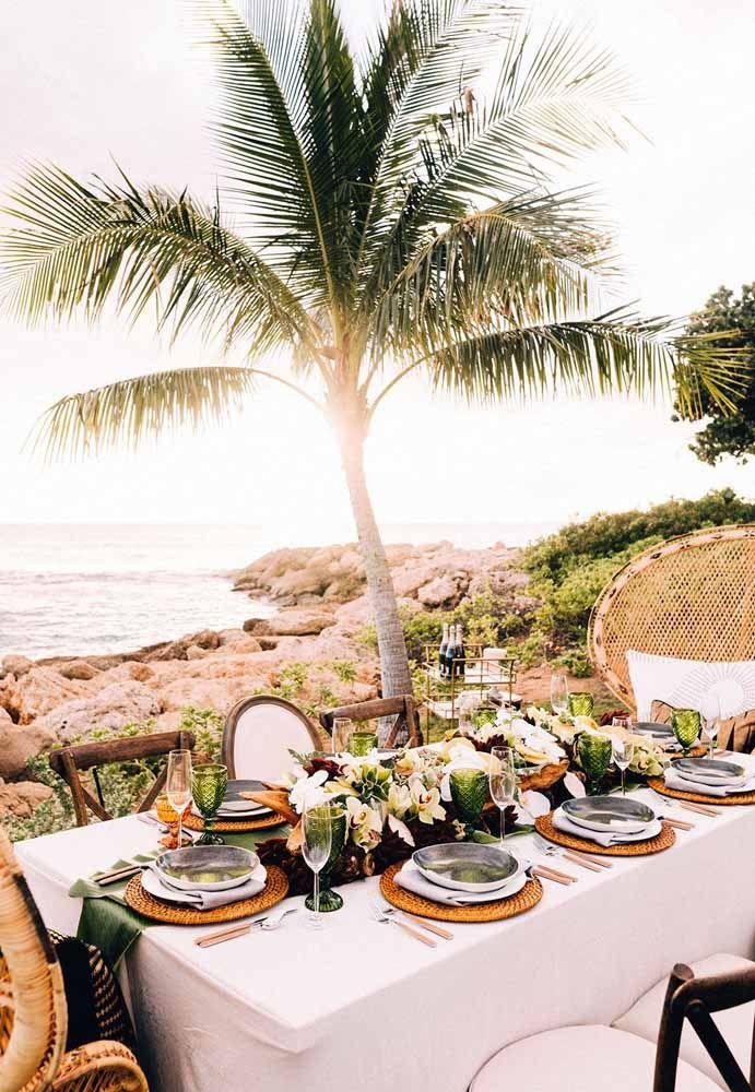Mais bonito do que o mar durante o casamento é admirar as ondas batendo nas pedras
