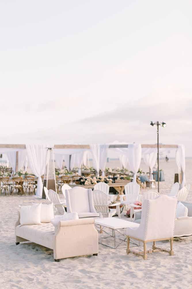A sofisticação da mobília em contraste com o cenário de praia