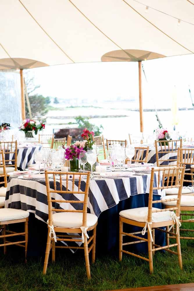 O que pode combinar mais com praia? Estampa navy! Uma escolha certeira para a decoração do casamento na praia