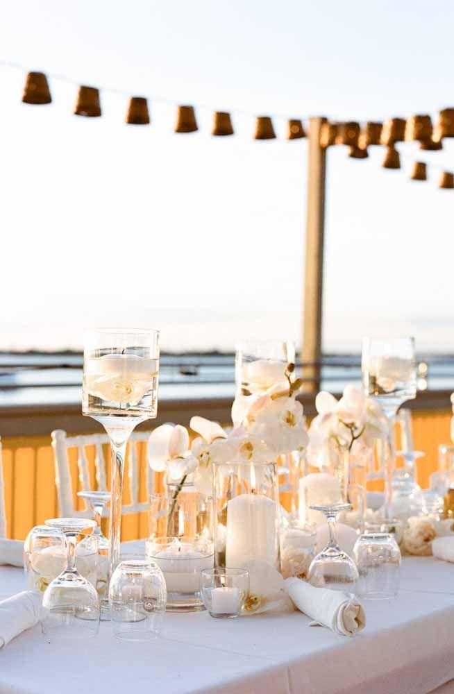 Você pode dar aquele toque de glamour ao casamento na praia usando orquídeas na decoração