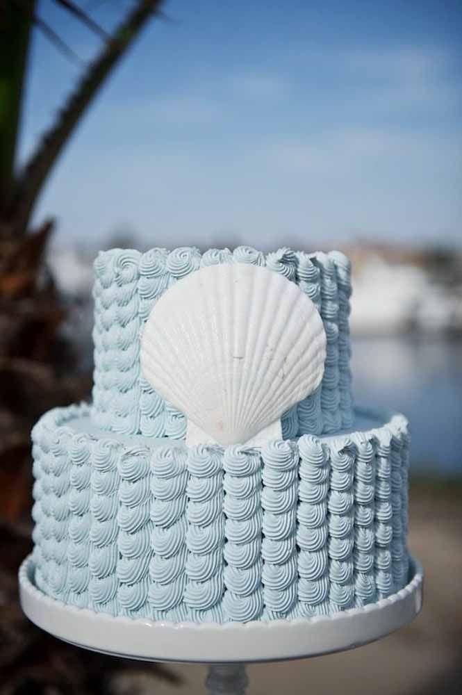 Bolo azul decorado com concha: a cara de um casamento na praia