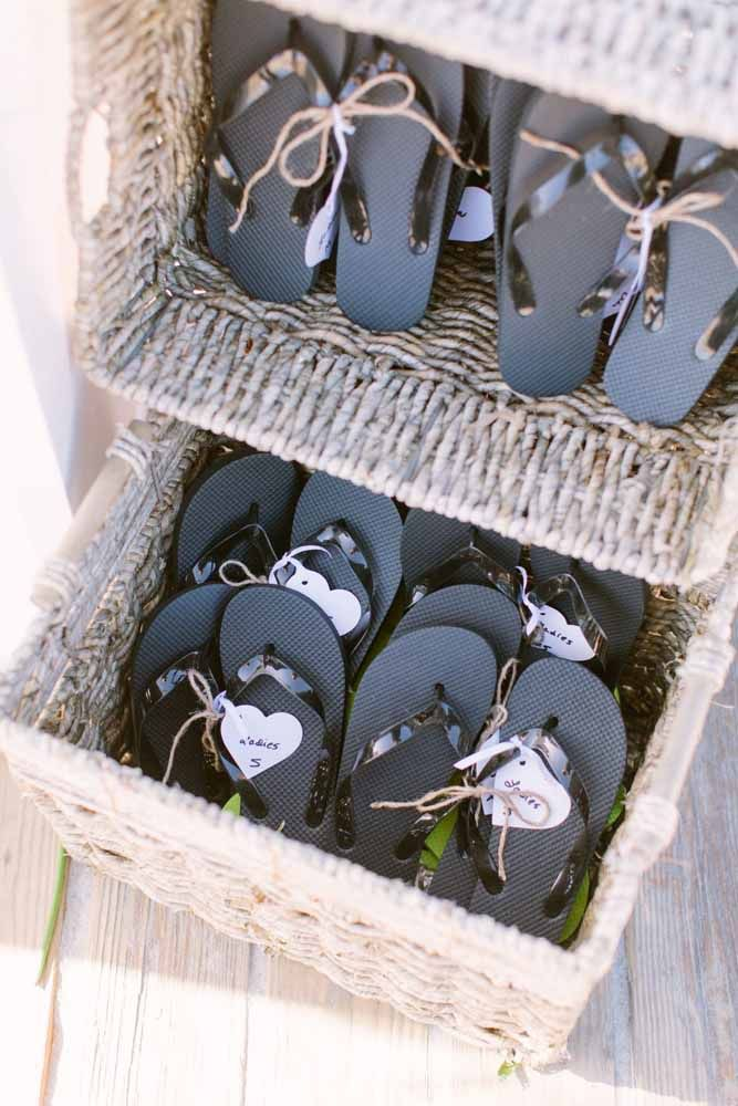 Uma boa ideia de lembrancinhas para casamento na praia: chinelos