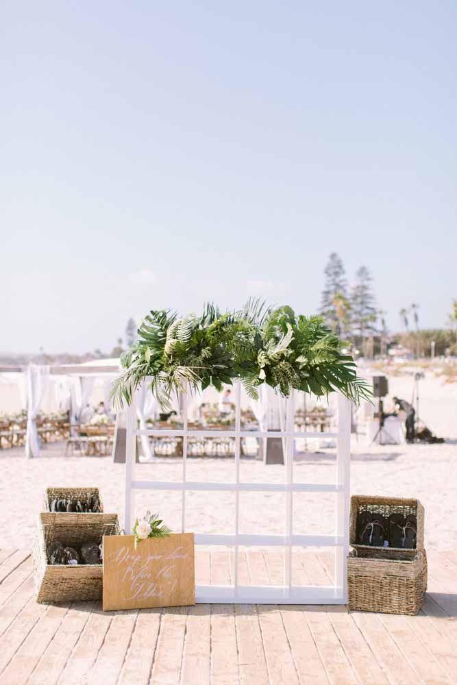 Folhas de plantas tropicais para ajudar a compor a decoração do casamento