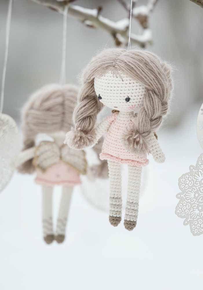 Bonequinhas delicadas de amigurumi para o móbilie infantil