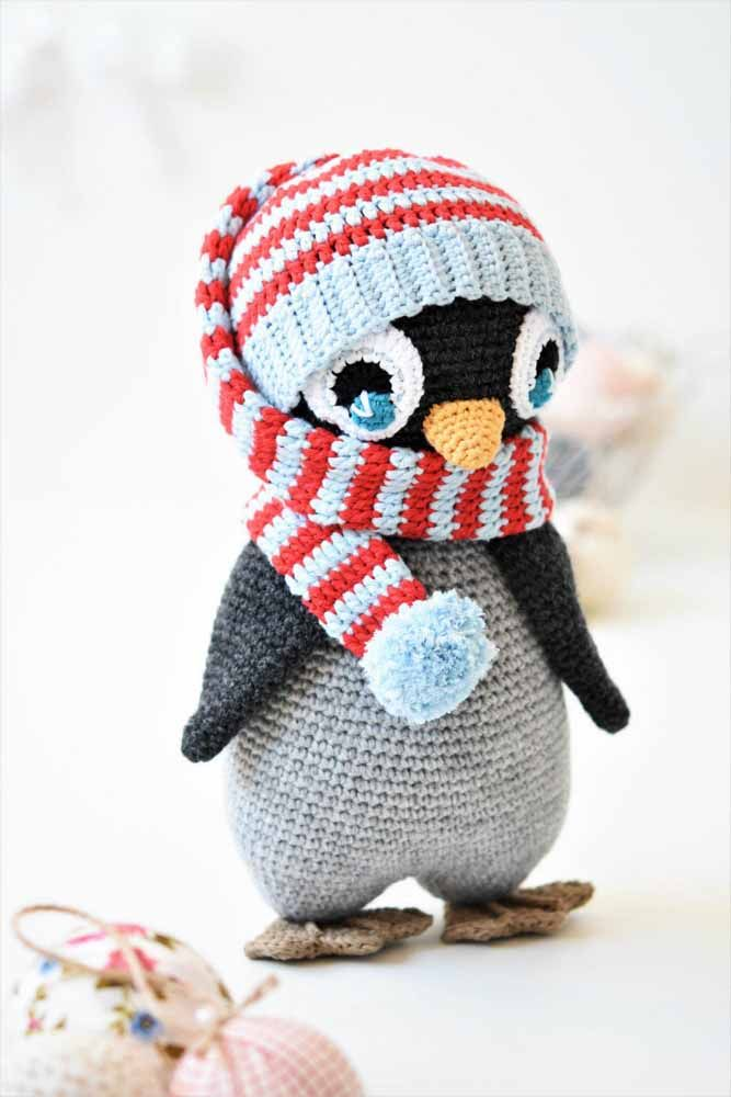 E esse pinguim amigurumi que ganhou até cachecol para se aquecer no frio