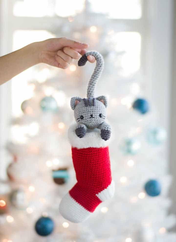 Gatinho dentro da meia para enfeitar a árvore de natal