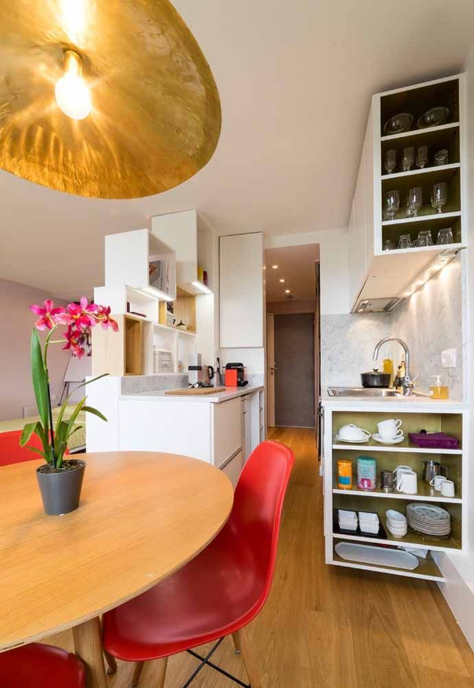 Invista em armários que permitam deixar seus utensílios domésticos sempre organizados