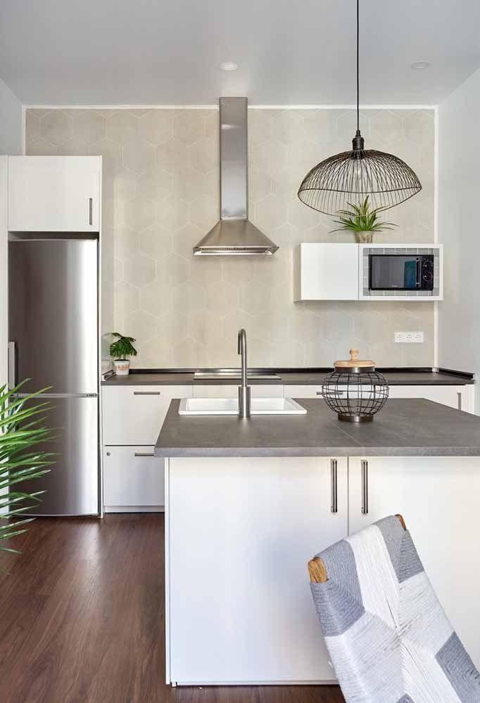 Faça uma combinação entre armários brancos e eletrodomésticos de inox