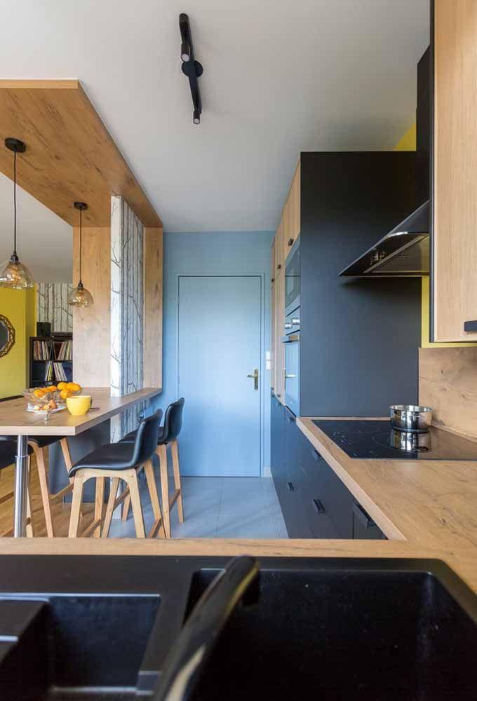 Em uma cozinha pequena é possível usar móveis mais escuras