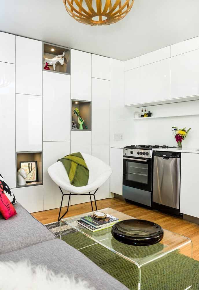 Quem mora em estúdio, flat ou kit net pode fazer um armário que atende tanto a cozinha quanto a sala
