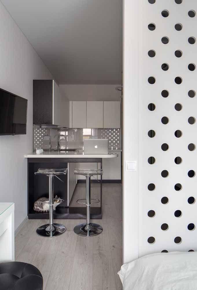 Se você tem espaço pode colocar uma parede para fazer a divisória entre os cômodos