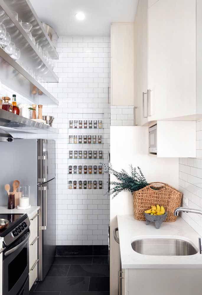 Use prateleiras para organizar os utensílios da cozinha