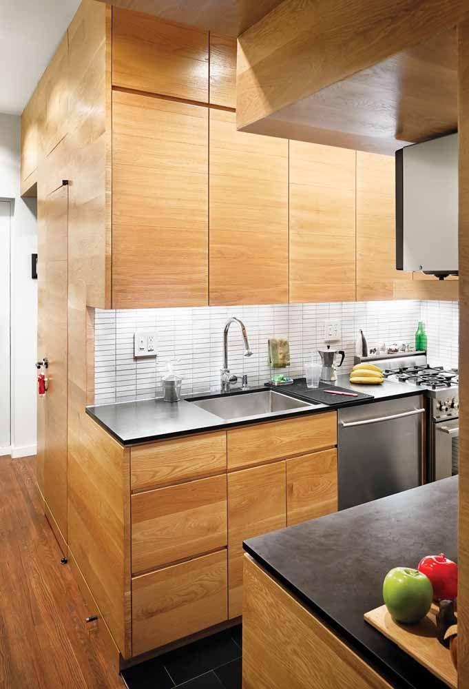 O que você acha de usar o mesmo material do armário para decorar toda a cozinha?