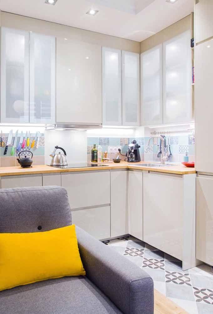 Papel de parede ou azulejo decorado é perfeito para dar um ar diferente à cozinha