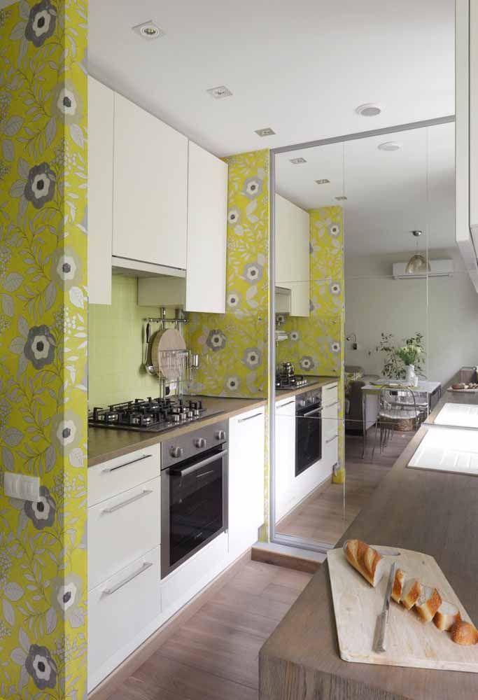 Coloque um espelho na cozinha para dar uma impressão de espaço maior