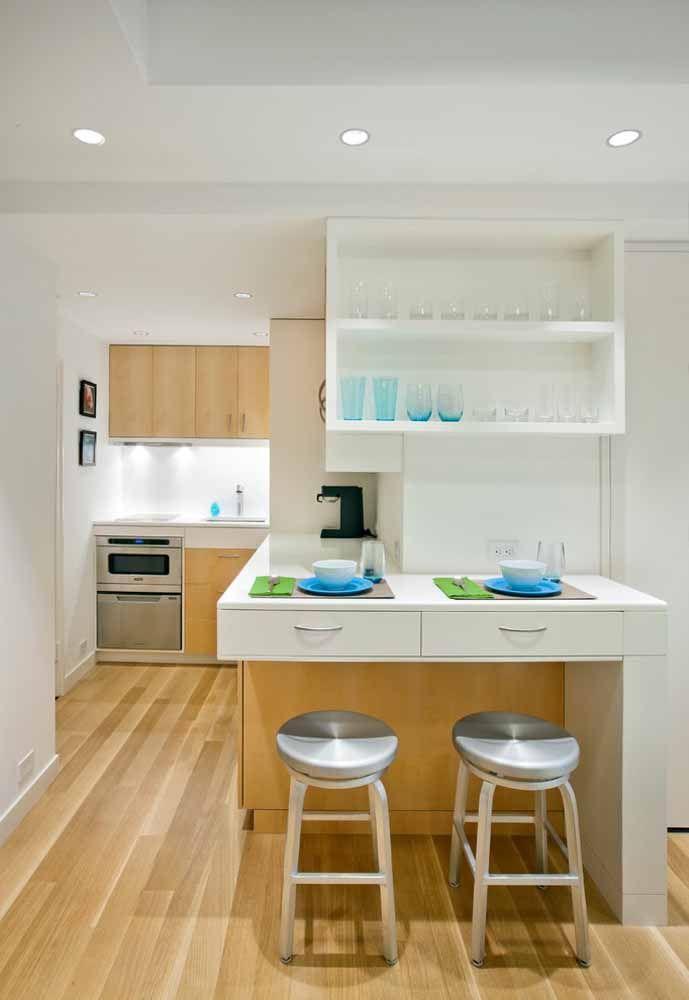 O balcão da cozinha pode ser embutido com outros móveis do cômodo