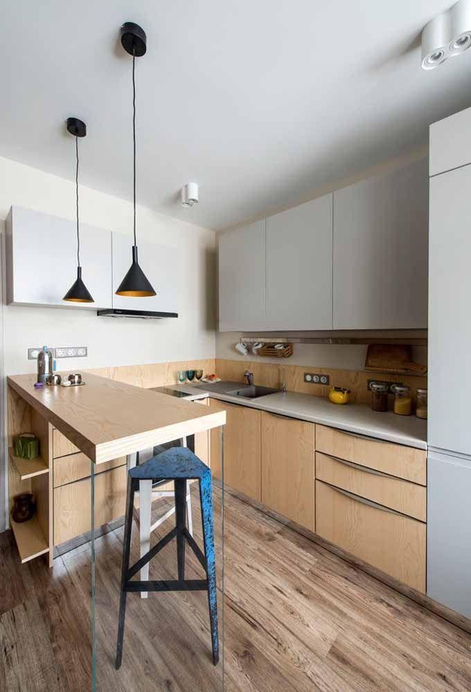 A cozinha é pequena, mas tem espaço para guardar tudo