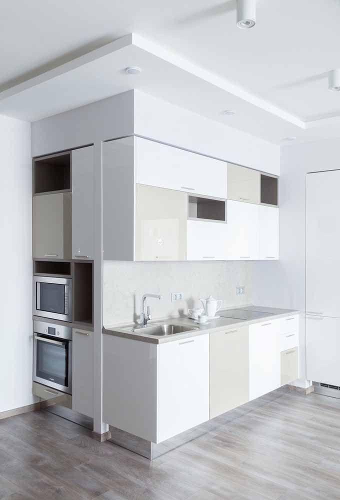 Mesmo em uma cozinha com pouco espaço é possível encaixar tudo. Por isso, é bom investir em móveis e eletrodomésticos embutidos