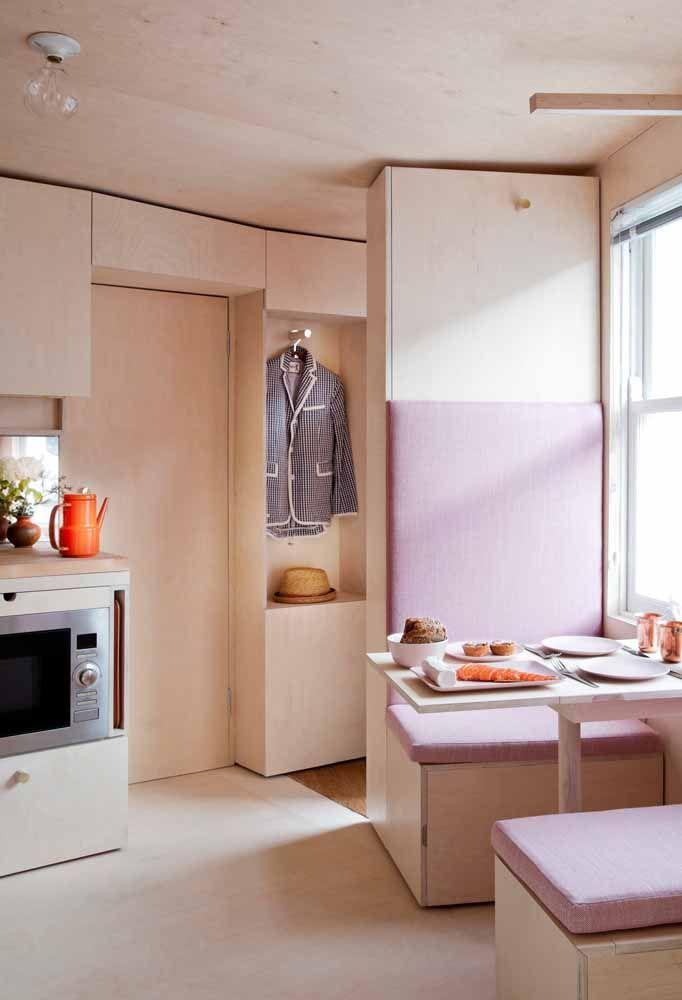 Para isso o mais recomendado é aproveitar as paredes para colocar os móveis
