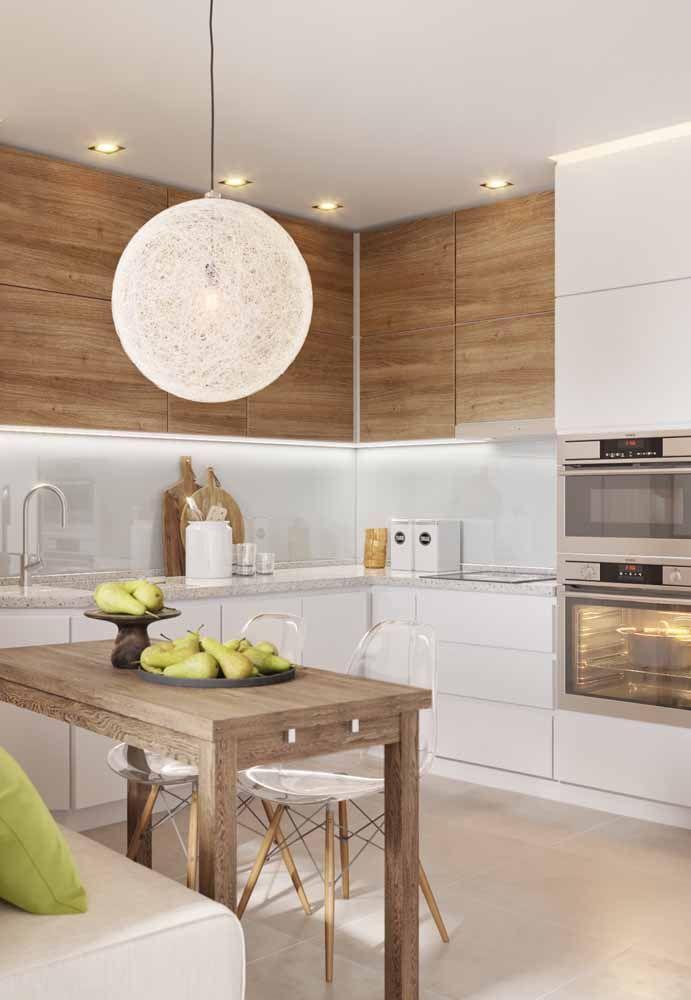 Uma boa iluminação no teto da cozinha deixa o ambiente mais charmoso
