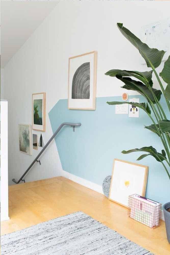 O corredor fica mais interessante com uma parede geométrica