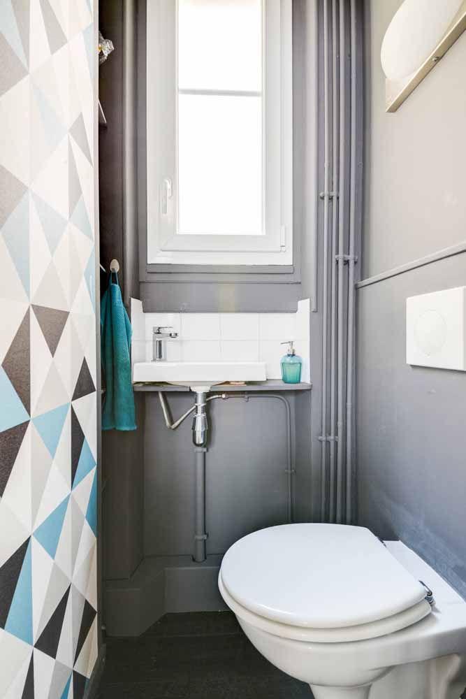 O banheiro pequeno apostou em uma parede geométrica para se diferenciar