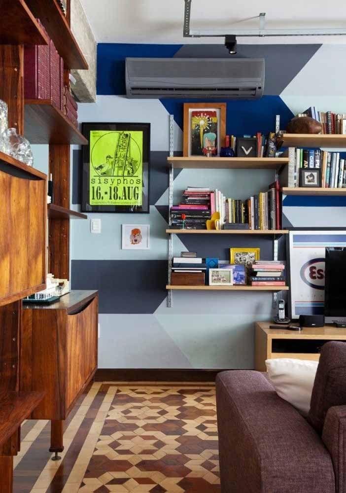 Os tons de azul ajudam a deixar a sala de tons terrosos mais moderna