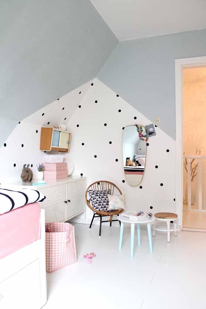 Duas tendências no mesmo quarto: estampa de póa e parede geométrica