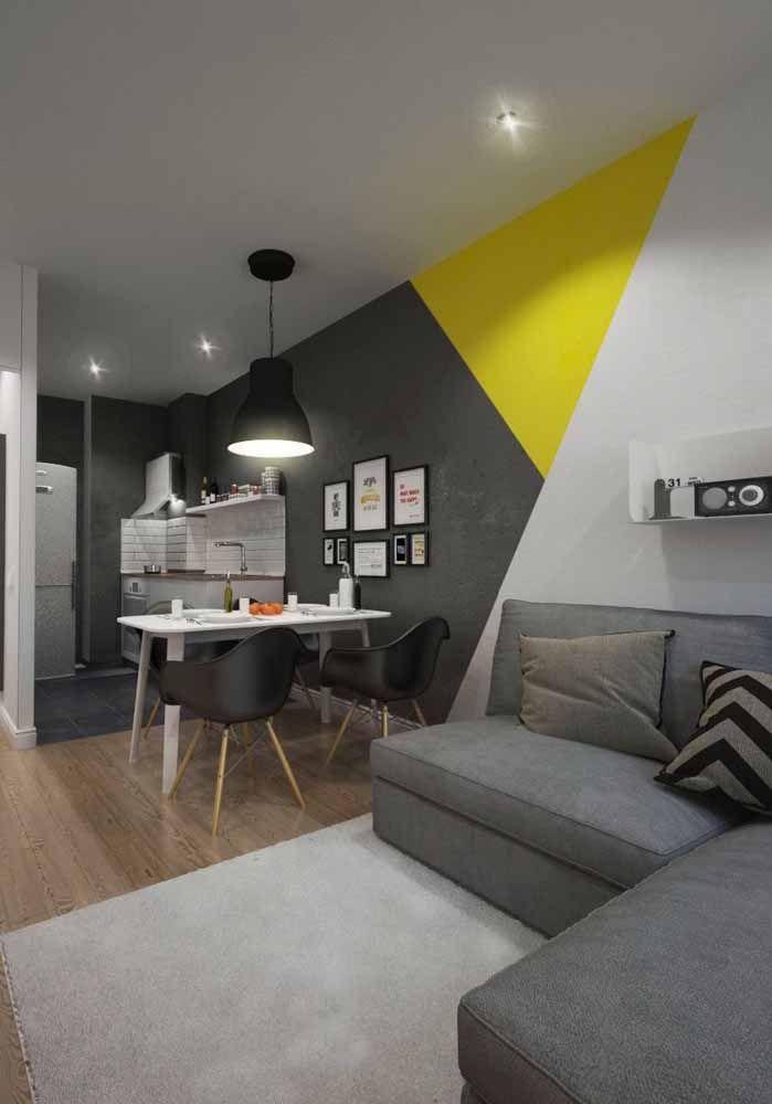 O contraste vibrante e bem marcado do preto com amarelo para levantar a decoração da sala