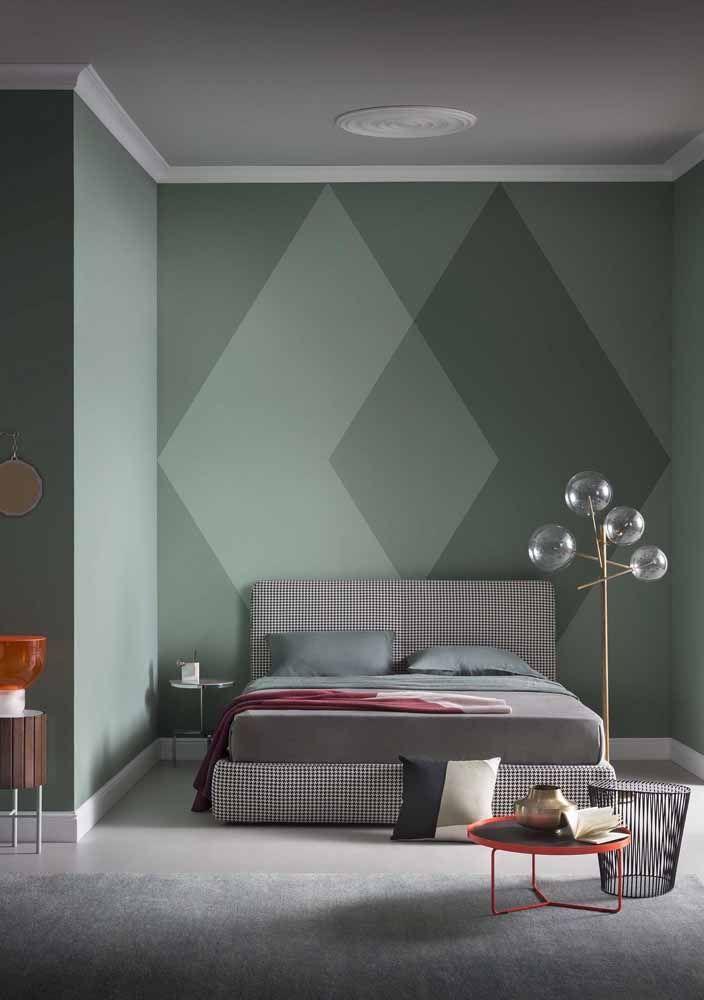 Losangos em tons de verde criam uma suave ilusão de ótica na parede
