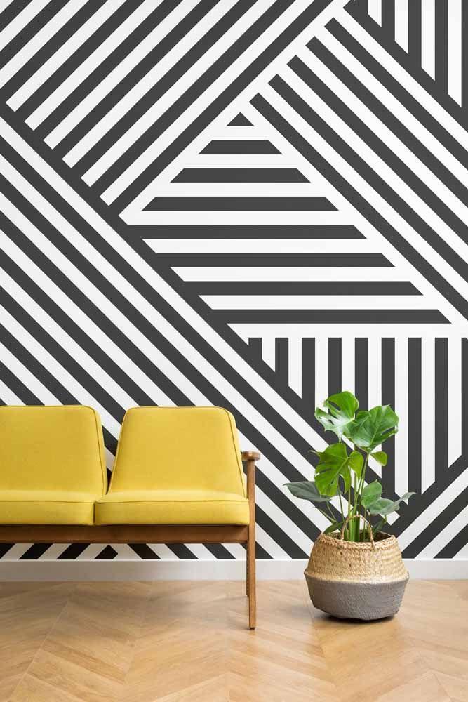 Listras e mais listras no clássico padrão preto e branco; o sofá amarelo faz o jogo de contraste imprescindível para a decoração