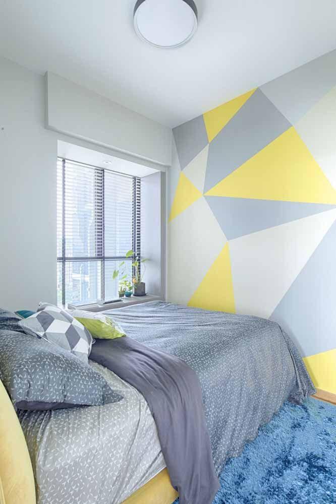 Cinza e amarelo: a aposta certeira para quem deseja dar uma cara moderna ao quarto usando a parede geométrica
