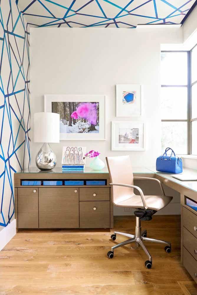 Para o home office, a proposta foi manter a parede clara e criar as formas com faixas estreitas na cor azul