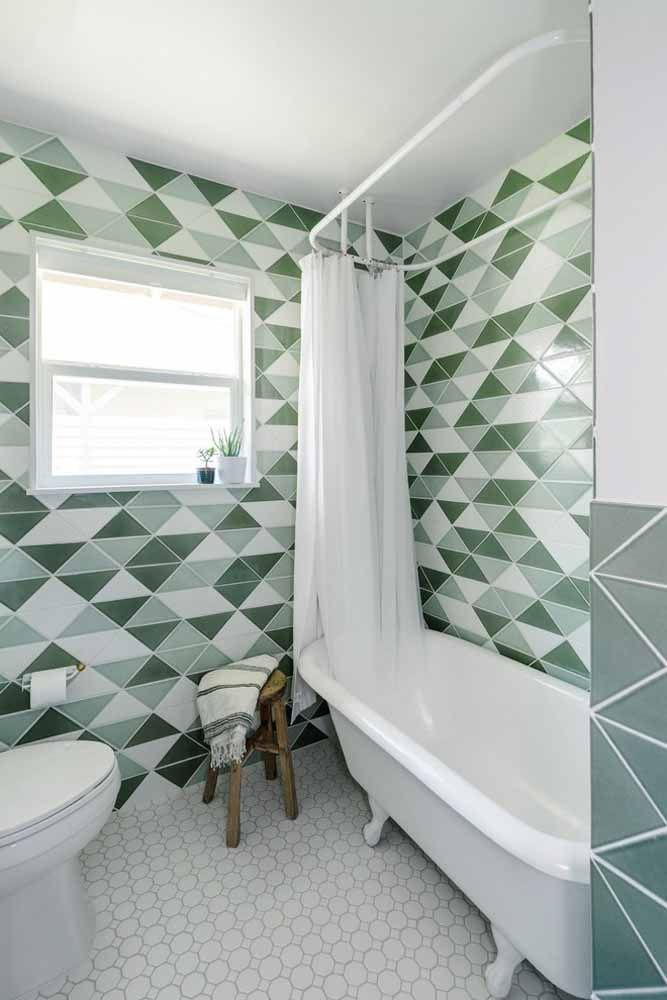 No banheiro, a parede geométrica pode ser feita com tinta ou revestimento cerâmico