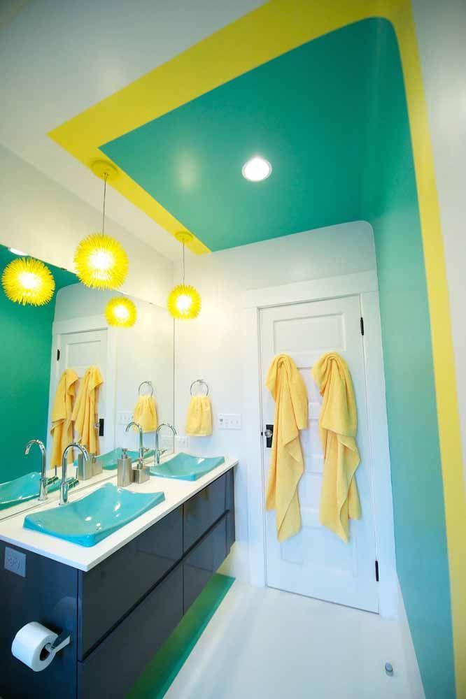 Para a parede, verde e amarelo; no armário é o azul que se destaca