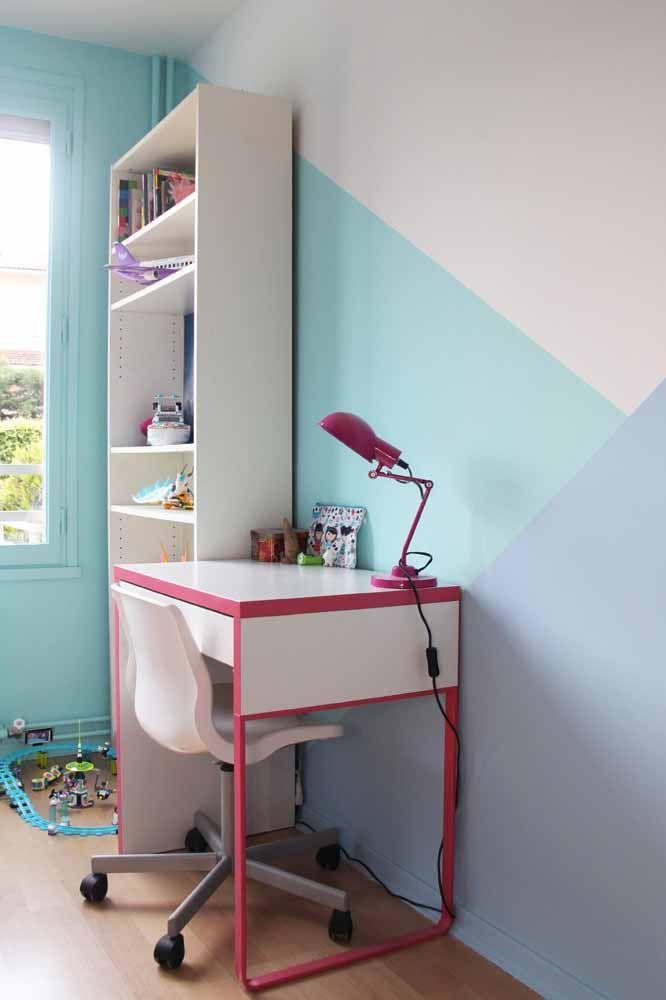 Nesse quarto, o tom suave de azul da parede geométrica foi usado na parede lateral também