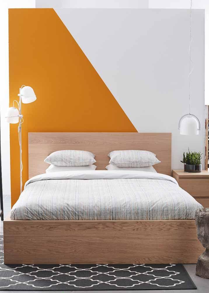 Duas cores, formas simples e um quarto renovado pela parede geométrica